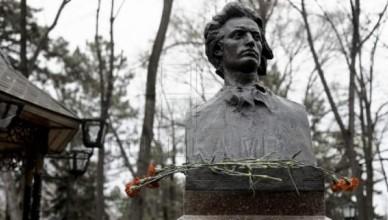 ziua-culturii-la-chisinau-politicieni-si-oficiali-au-depus-flori-la-bustul-poetului-mihai-eminescu-de-pe-aleea-clasicilor-galerie-foto