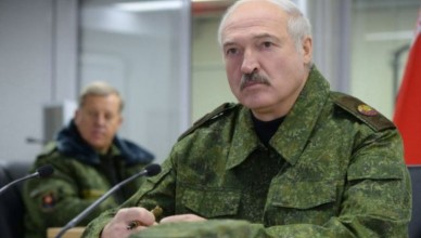 epa05593967 A picture made available on 20 October 2016 shows Belarussian President Alexander Lukashenko taking part in the level check of officer's professional training of the armed forces at the 230  Obuz-Lesnovsky polygon in Belarus, 19 October 2016.  EPA/ANDREI STASEVICH / POOL