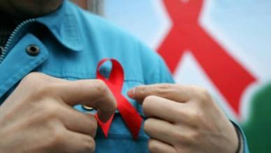 size_810_16_9_homem_usa_broche_com_simbolo_da_luta_contra_a_aids (1)