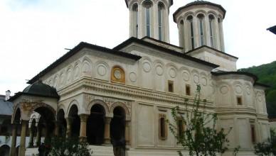 201105051124-horezu_manastire