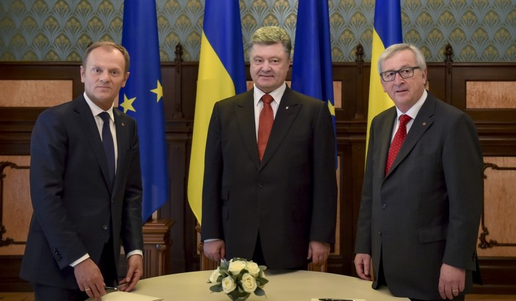 Ukrainian President Petro Poroshenko, center,  European Council President Donald Tusk, left, and European Commission President Jean-Claude Juncker pose for photo during EU-Ukraine summit in Kiev iUkraine, Monday, April 27, 2015. (Mykola Lazarenko, Pool Photo via AP )