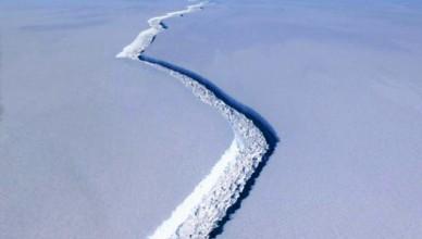 video-un-iceberg-urias-cu-o-suprafata-de-6-000-km-patrati-s-a-desprins-din-antarctica-18581929