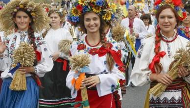 24ago13---vestidas-com-roupas-tradicionais-jovens-ucranianas-abrem-desfile-neste-sabado-24-em-comemoracao-aos-22-anos-de-independencia-do-pais-em-24-de-agosto-de-1991-1377354630489_956x500