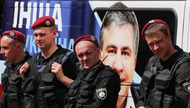 epa05999099 Ukrainian policemen stand next to a car with portrait of the former regional governor in the southern-Ukrainian city of Odessa and former Georgian president Mikhail Saakashvili during a rally of his supporters near of the Justice Ministry in Kiev, Ukraine, 30 May 2017.  Protesters gathered to demand registration of the Mikhail Saakashvili political party 'The movement of new strengths' and dismiss registration of the fake party with the same name reading like 'The block of Mikhail Saakashvili', which was allegedly registered by Oleg Sushko, according to local media reports.  EPA/SERGEY DOLZHENKO