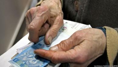 руки пожилой женщины с деньгами