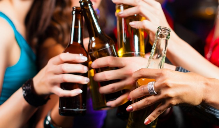 femei-noroc-alcool-bere