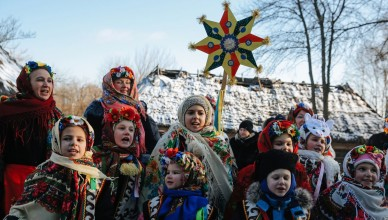 epa04549748 Ukrainian children wearing traditional attire sing Christmas carols as they walk from house to house in Pirogovo village near Kiev, Ukraine, 07 January 2015. Ukrainian believers celebrate Orthodox Christmas Day according to the Julian calendar.  EPA/ROMAN PILIPEY