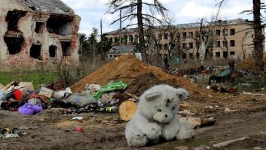 Dityacha-igrashka-lezhit-sered-ruyin-selishha-Piski-Donetska-oblast-bizhentsi-pereselentsi.-Foto-Maksim-Taker