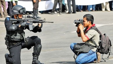 cop-aiming-photographer