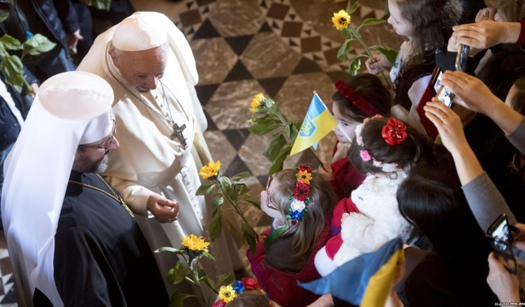 epa06481589 Pope Francis (R) and Patriarch Sviatoslav Shevchuk (L) attend a mass during his visit to Basilica of Santa Sofia in Rome, Italy, 28 January 2018. The pontiff met with the Ukrainian Greek-Catholic community and prayed at the tomb of Salesian bishop Stepan Czmil in memory of his 40th death anniversary.  EPA-EFE/CLAUDIO PERI