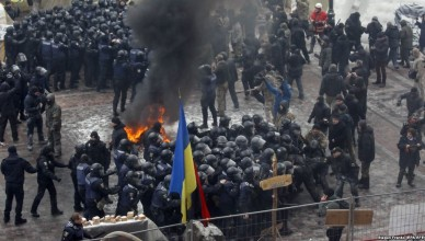 epa06443171 Protestors burn tires and clash with police during their rally in front of Parliament building in Kiev, Ukraine, 16 January 2018. Ukrainian lawmakers are about to vote on a controversial bill on the reintegration of the Donbass and on recognizing Russia as the aggressor respectively during the parliament's session on 16 January.  EPA-EFE/STEPAN FRANKO
