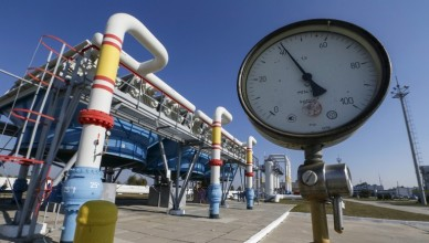 A pressure gauge is seen at a gas compressor station and underground gas storage facility in the village of Mryn, north of Kiev, Ukraine, October 15, 2015. Ukrainian energy ministry actions are putting at risk a $300 million loan from the European Bank for Reconstruction and Development, Ukrainian Prime Minister Arseny Yatseniuk said on Thursday. The EBRD approved the loan in September for the purchase of gas from Europe.   REUTERS/Gleb Garanich - RTS4MMG