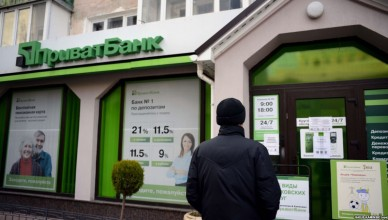 epa04130044 A customer stands in front of a closed branch of the largest commercial bank in Ukraine, PrivatBank, in Simferopol, Crimea, Ukraine, 17 March 2014. Customers on 17 March were not able to withdraw money at branches or ATMs.  Lamwakers in Crimea on 17 March declared the Black Sea peninsula's independence from Ukraine and officially asked Russia for accession. 85 of the nominally 99 deputies backed the declaration in an extraordinary session, the parliament said. The declaration also says that Crimean authorities now have full control of Ukrainian state instituitions and property located in the region.  EPA/JAKUB KAMINSKI POLAND OUT