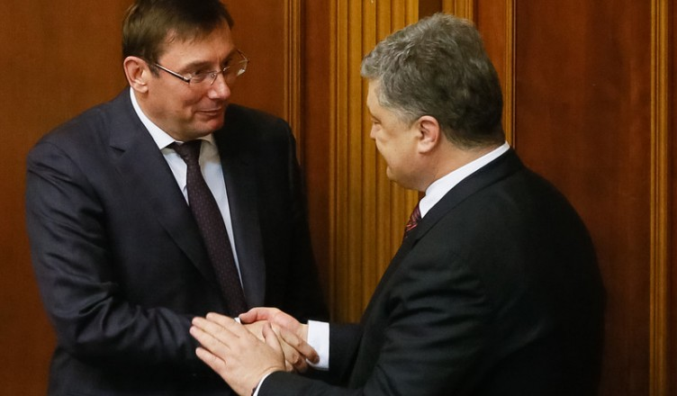 epa05301957 Ukrainian President Petro Poroshenko (R) congratulates newly elected Ukraine Prosecutor-General Yuriy Lutsenko (L), during a parliament session in Kiev, Ukraine, 12 May 2016. Yuriy Lutsenko was appointed new Prosecutor-General of Ukraine to replace Viktor Shokin who was dismissed from this post on 29 March 2016.  EPA/ROMAN PILIPEY