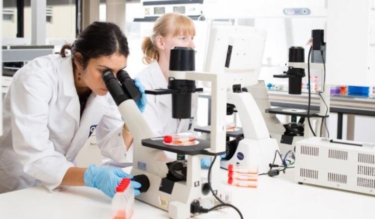 microscopes-students_47930200