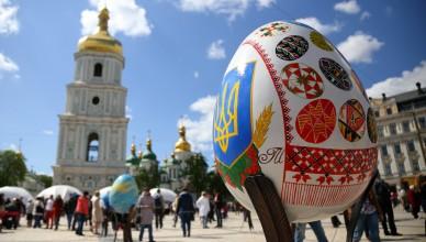 На Софийской площади установили писанки разрисованные художниками