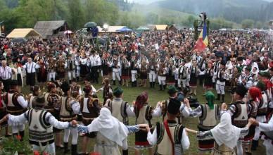 Mii de oameni au participat la a zecea ediţie a Horei Bucovinei (foto 149327)