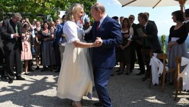 foto-momentul-in-care-vladimir-putin-a-dansat-cu-karin-kneissl--mesajul-scris-pe-masina-miresei-1534605540