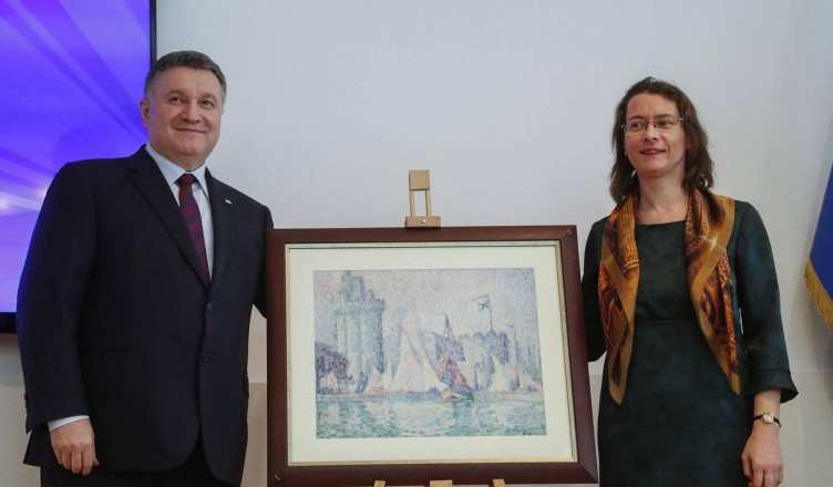 ©SERGEY DOLZHENKO/EPA/MAXPPP - epa07523444 Ukrainian Internal Minister Arsen Avakov (L) and French ambassador to Ukraine Isabelle Dumont (R) pose with 'The Port of La Rochelle' artwork  during a briefing in Kiev, Ukraine, 23 April 2019. The Port of La Rochelle artwork painting by Paul Signac and estimated at 1.5 million euros was stolen on 24 May 2018 at the Museum of Fine Arts in Nancy and found by Ukrainian police.  EPA-EFE/SERGEY DOLZHENKO