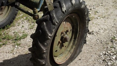 1024px-Flat_tire_on_Belarus_tractor