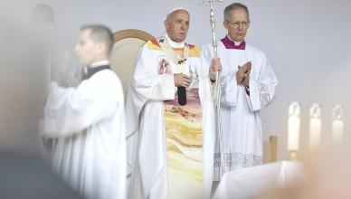 Papa Francisc (C) oficiaza in fata a peste 80.000 de persoane din intreaga lume, Sfanta Liturghie, la sanctuarul marian de la Sumuleu Ciuc, Harghita, sambata 1 iunie 2019. ANDREEA ALEXANDRU / MEDIAFAX FOTO