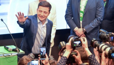 Ukrainian presidential candidate Volodymyr Zelenskiy waves to supporters following the announcement of the first exit poll in a presidential election at his campaign headquarters in Kiev, Ukraine April 21, 2019. REUTERS/Oleksandr Klymenko
