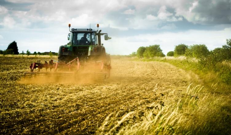 shutterstock_ferma-farm-fermier-tractor-agricultura