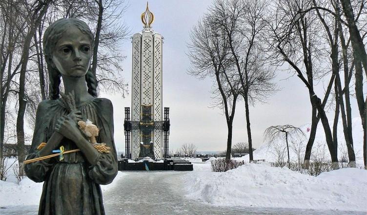 1024px-Memorial_to_Holodomor_victims_02_Kiev