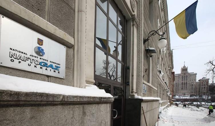 """KIEV, UKRAINE - MARCH 4, 2018: A plaque outside the main office of Naftogaz, a Ukrainian national oil and gas company, in Kiev. Pyotr Sivkov/TASS  Óêðàèíà. Êèåâ. 4 ìàðòà 2018. Òàáëè÷êà íà çäàíèè íàöèîíàëüíîé àêöèîíåðíîé êîìïàíèè """"Íàôòîãàç Óêðàèíû"""". Ïåòð Ñèâêîâ/ÒÀÑÑ"""