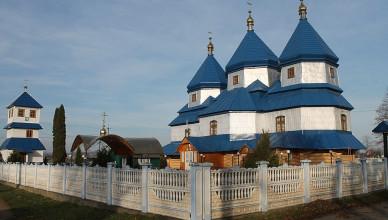 1024px-Церква_Святої_Параскеви_з_дзвіницею_в_Луківцях