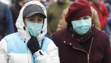 KIEV, UKRAINE - 2020/03/14: People wearing protective masks as a preventive measure against coronavirus COVID-19 during the quarantine.Ukraine introduced a three-week quarantine to counter the new coronavirus COVID-19, due to the worldwide ovid-19 coronavirus epidemic. This involves closure of educational institutions, ban on mass gatherings of more than 200 people, the closure of air services with some countries and closed international regular passenger traffic. (Photo by Pavlo Gonchar/SOPA Images/LightRocket via Getty Images)