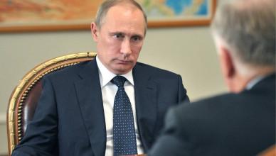"""ITAR-TASS: MOSCOW REGION, RUSSIA. NOVEMBER 18, 2013. Russia's president Vladimir Putin during a meeting with Russian Railways (RZD) president Vladimir Yakunin at Novo-Ogaryovo residence. (Photo ITAR-TASS/ Alexei Nikolsky)  Ðîññèÿ. Ìîñêîâñêàÿ îáëàñòü. 18 íîÿáðÿ. Ïðåçèäåíò ÐÔ Âëàäèìèð Ïóòèí âî âðåìÿ âñòðå÷è â Íîâî-Îãàðåâî ñ ãëàâîé ÎÀÎ """"Ðîññèéñêèå æåëåçíûå äîðîãè"""" Âëàäèìèðîì ßêóíèíûì. Ôîòî ÈÒÀÐ-ÒÀÑÑ/ Àëåêñåé Íèêîëüñêèé"""